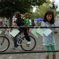 Notes d'espoir accrochées au square (21/06/15, à Cœuilly)